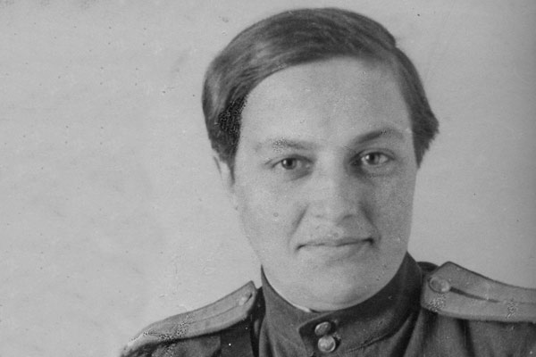 Black and white photo from the 40's of Lyudmila_Pavlichenko in uniform with many medals
